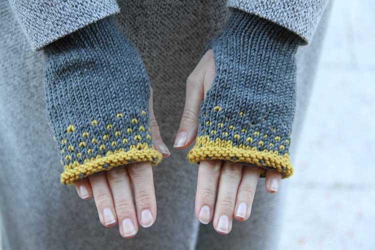 Knitting pattern for women's fingerless gloves